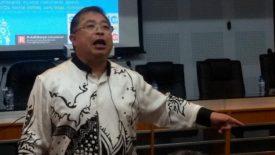 Dr. Ronny Adhikarya saat menyampaikan materi kuliah umum terkait Communipreneurs di Aula Prof. Syukur Abdullah FISIP Unhas, 15 April 2015